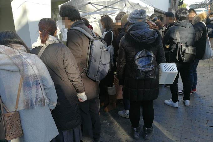 鶴仙園さんのブース。初日の開店前から人があつまっていました。